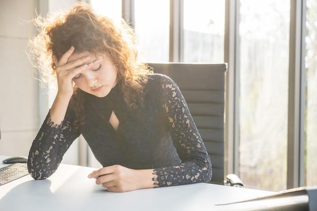 Retratos de mulher bonita, estressado do trabalho. Foto Premium