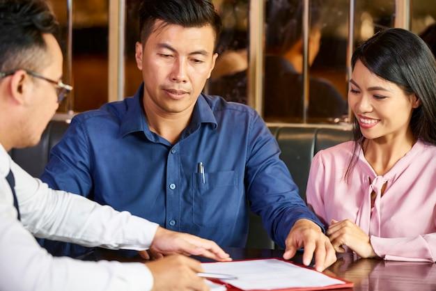 Reunião com consultor financeiro Foto Premium