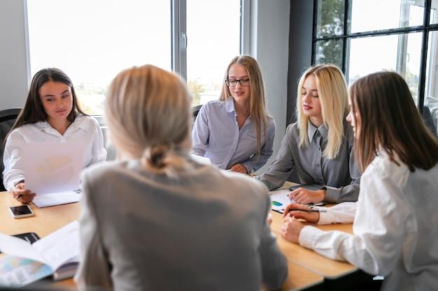 Reunião da equipe corporativa de alto ângulo Foto gratuita