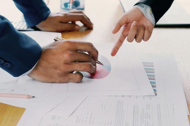 Reunião da equipe da conta empresarial com novo projeto de gerenciamento de relatórios Foto Premium
