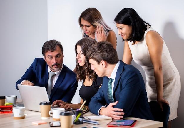 Reunião da equipe na maquete do escritório Foto gratuita