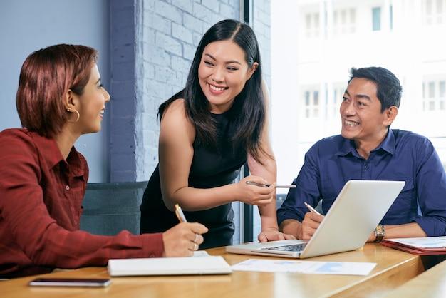 Reunião de condução do empresário feminino Foto gratuita