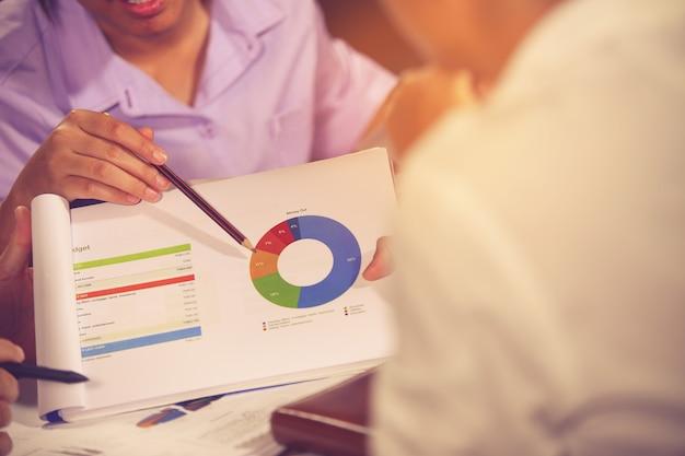 Reunião de consultor de negócios para analisar e discutir a situação Foto Premium