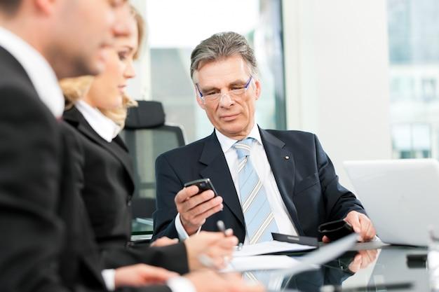Reunião de equipe de negócios no escritório Foto Premium