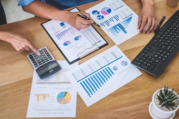 Reunião de equipe de negócios trabalhando com novo projeto de inicialização, discussão e análise de dados nos gráficos Foto Premium