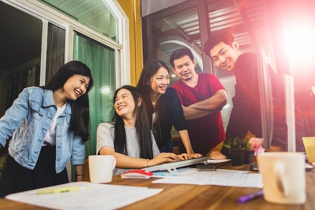 Reunião de equipe freelance asiática mais jovem para solução de projeto no escritório em casa Foto Premium