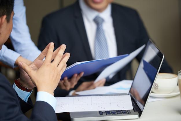 Reunião de gerentes financeiros Foto gratuita