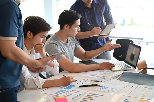 Reunião de grupo do homem novo do negócio startup e brainstorming no local de trabalho do escritório. Foto Premium