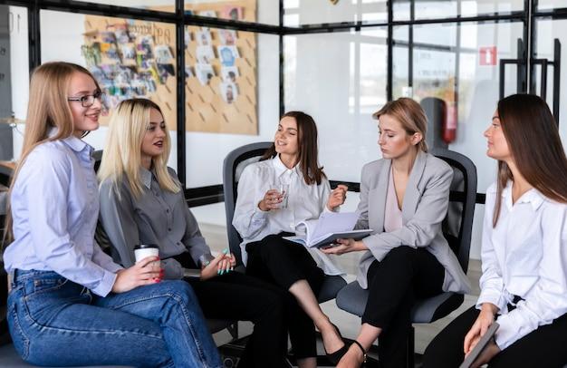 Reunião de negócios de alto ângulo com mulheres Foto gratuita