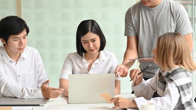 Reunião de negócios de inicialização, motivados jovens conversando e reunião no local de trabalho do escritório. Foto Premium
