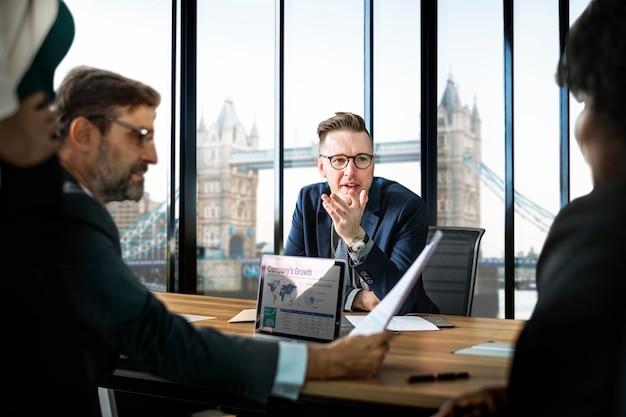 Reunião de negócios em londres Foto gratuita