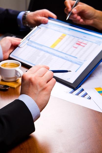 Reunião de negócios no gráfico Foto Premium