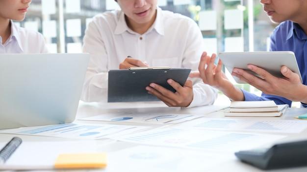 Reunião de trabalho em equipe de empresários para discutir o investimento. Foto Premium