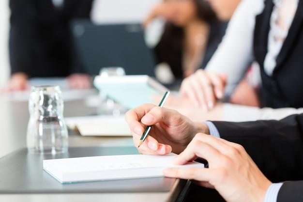 Reunião e apresentação no escritório Foto Premium
