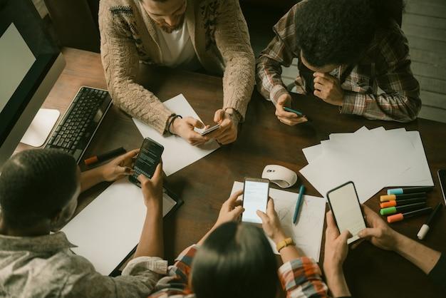 Reunião móvel de freelancers, vista de alto ângulo Foto Premium