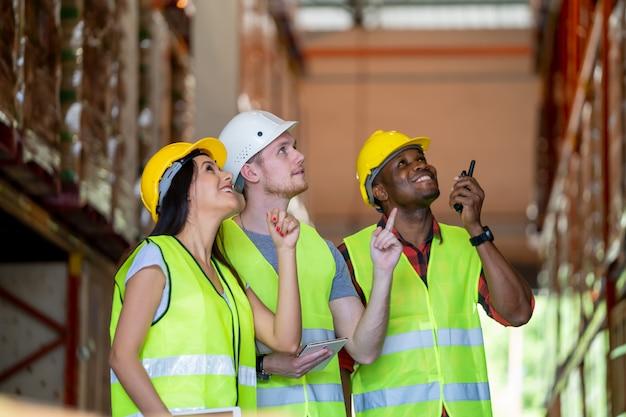 Reunião no armazém, trabalhadores de armazém, trabalhando juntos no armazém. Foto Premium