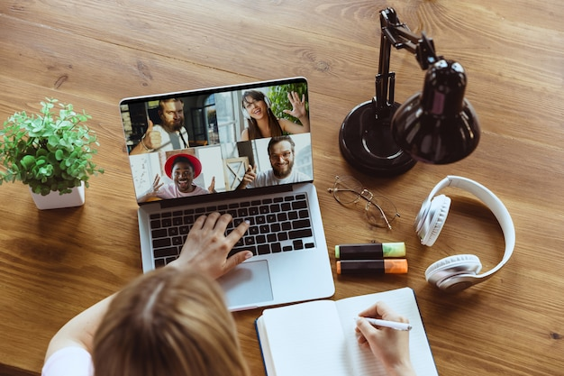 Reunião remota. mulher que trabalha em casa durante o coronavírus ou a quarentena de covid-19, conceito de escritório remoto. Foto gratuita