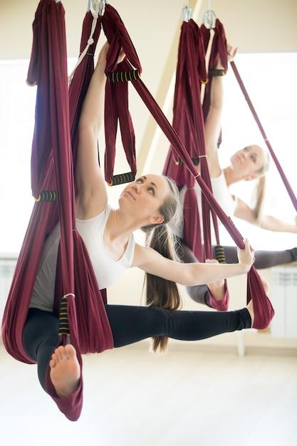 Revelado angle angle yoga pose em hammock Foto gratuita