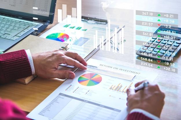 Revendo um relatório financeiro na análise de retorno do investimento Foto Premium