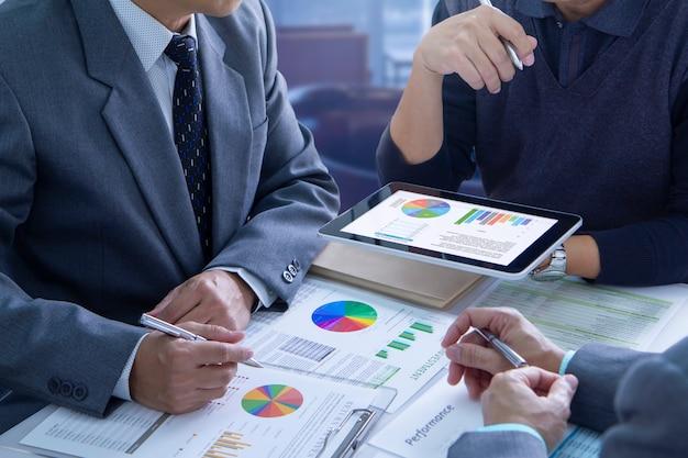 Revisão de relatórios financeiros na análise de retorno do investimento Foto Premium