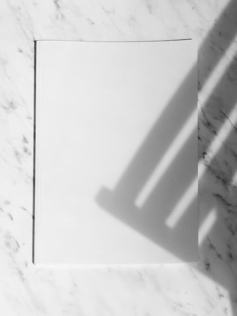Revista de maquete de vista superior com fundo branco Foto gratuita