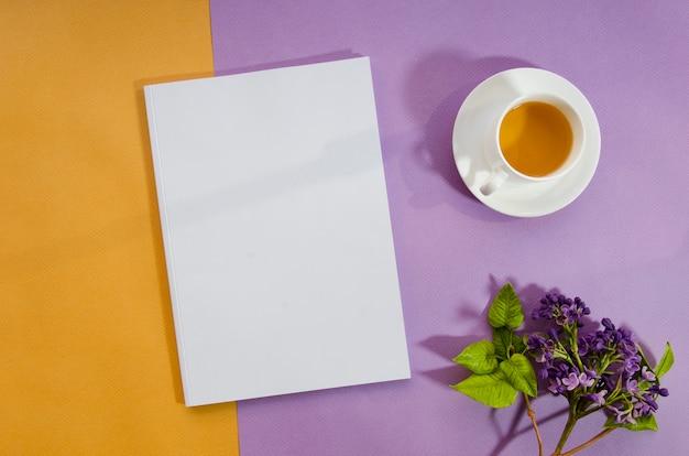 Revista de maquete de vista superior com fundo colorido Foto gratuita