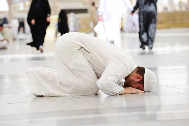 Rezamento muçulmano na mesquita de medina Foto Premium