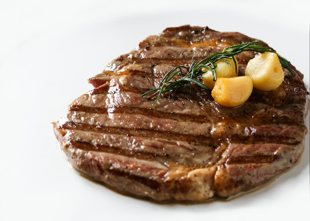 Ribeye sirloin steak, bife black angus, carnes grelhadas Foto Premium