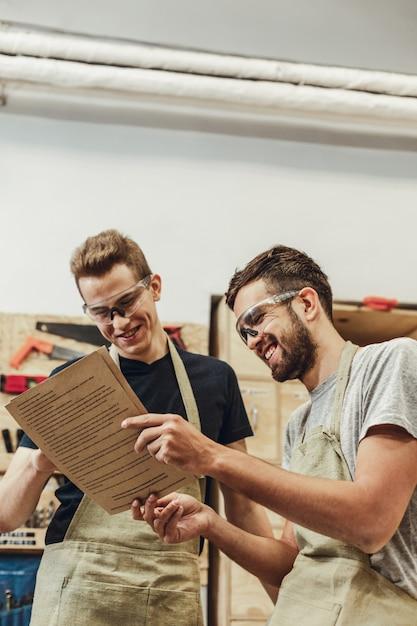Rindo artesãos lendo documentos Foto Premium