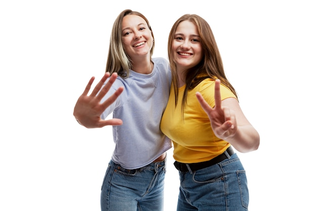 Rindo namoradas em jeans. amizade e relacionamento. isolado em um fundo branco. Foto Premium