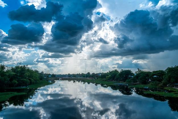Rio de paisagem com nuvens de chuva, belas paisagens Foto Premium