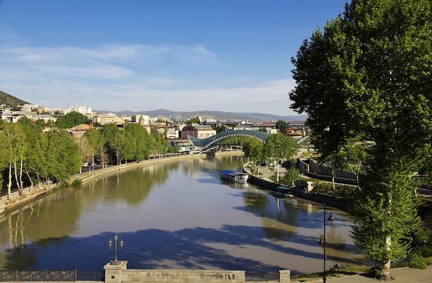Rio kura na cidade de tbilisi, geórgia Foto Premium