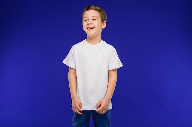 Rir menino em um colete Foto Premium