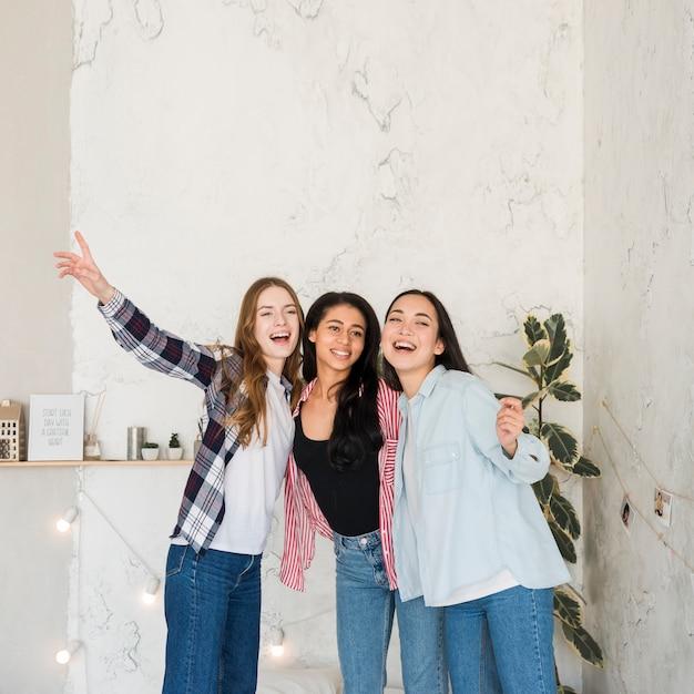 Rir, mulheres jovens, abraçando Foto gratuita