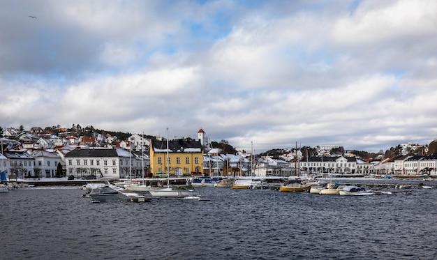 Risor, noruega - 16 de março de 2018: a cidade e o porto de risor, uma pequena cidade na parte sul da noruega Foto Premium