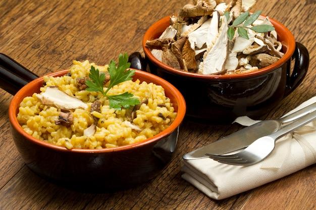 Risoto com açafrão e cogumelos Foto Premium