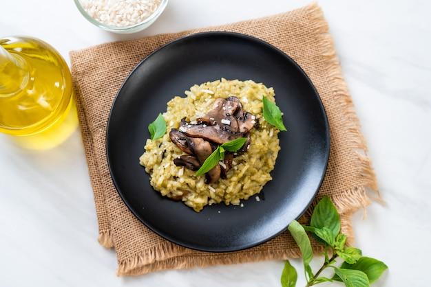 Risoto de cogumelos com pesto e queijo Foto Premium