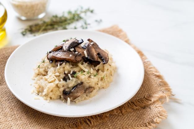 Risotto com cogumelos e queijo Foto Premium
