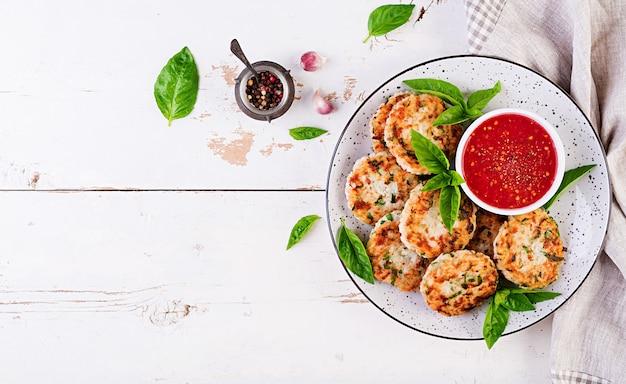 Rissóis deliciosos de arroz e carne de frango com molho de tomate e alho diet food. Foto Premium