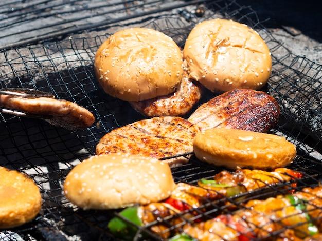 Rissóis e hambúrgueres grelhados na grelha Foto gratuita
