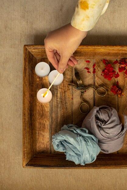 Ritual de relaxamento, velas e flores secas na madeira Foto Premium