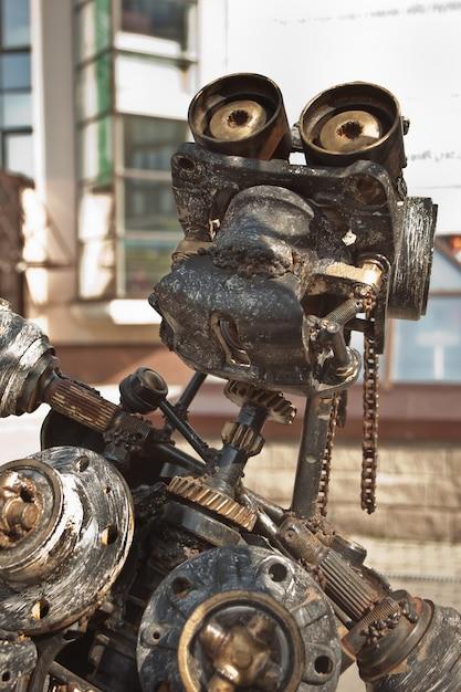 Robô feito de metal enferrujado. feche a cabeça do robô. foco seletivo Foto Premium