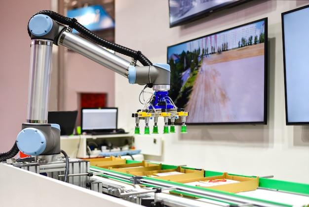 Robô mecânico com inteligência artificial classifica produtos no transportador Foto Premium