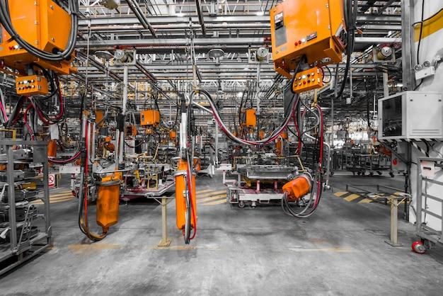 Robôs em uma fábrica de automóveis Foto Premium