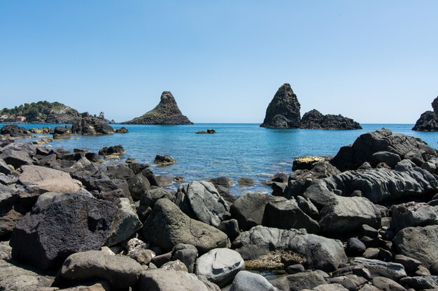 Rochas de basalto no mar Foto Premium