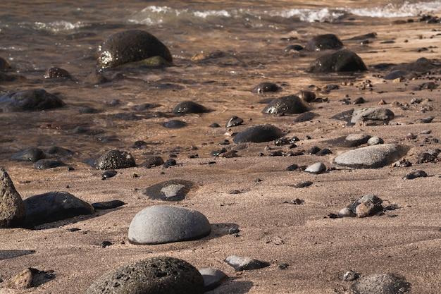Rochas de close-up na praia selvagem Foto gratuita