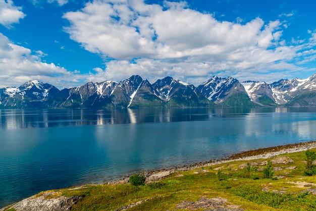 Rochas do sognefjord, o terceiro maior fiorde do mundo e o maior da noruega. Foto Premium