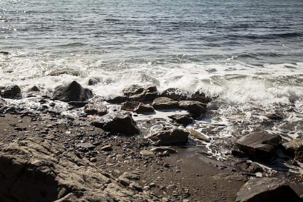 Rochas e bela paisagem do oceano Foto gratuita