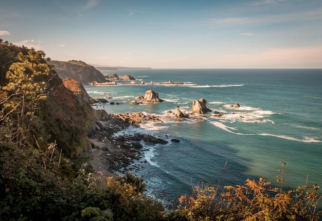 Rochas e falésias na praia durante o dia Foto gratuita
