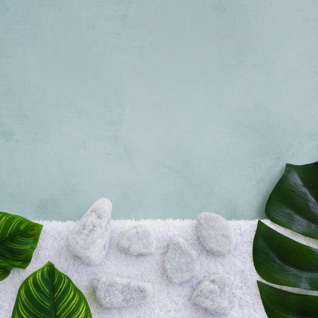 Rochas e folhas na toalha com espaço de cópia Foto gratuita